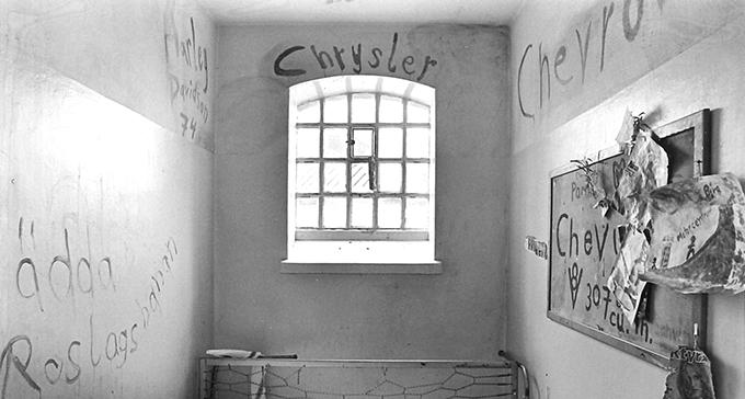Svartvit bild inifrån en isoleringscell på Långholmen.