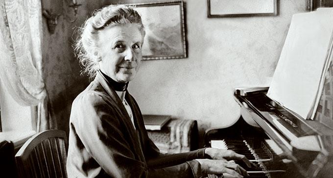 Alice Tegnér vid pianot i sitt hem i Djursholm, 1932. Foto: Karl Sandels/Bonnierarkivet/Scanpix